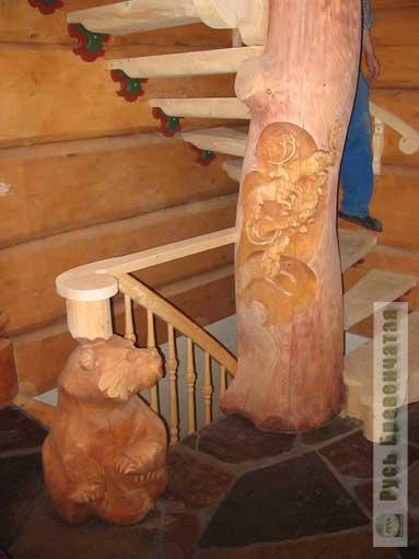 Лестница с резными медведями