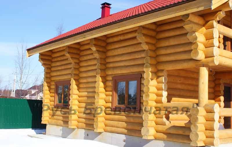 желтые рубленые стены,
