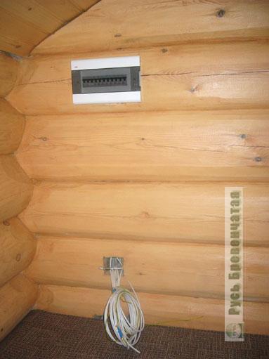 электрощиток утоплен в деревянную стену