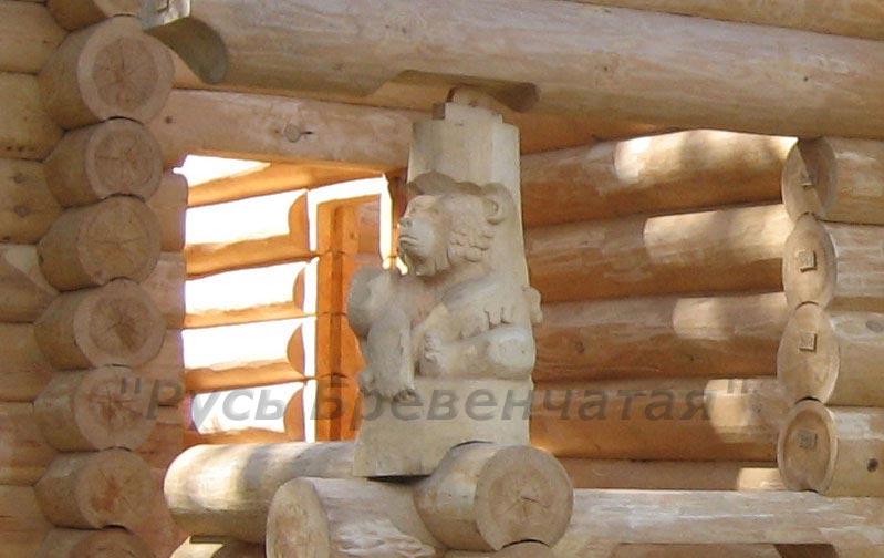 резная фигура медведя в рубленном доме или бане