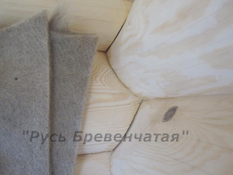 до метра ленты может поместиться в щель стены дома из бревна