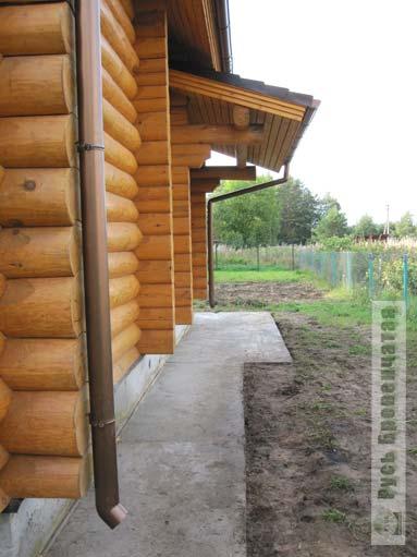 Крепление водосточных труб к срубу деревянного дома