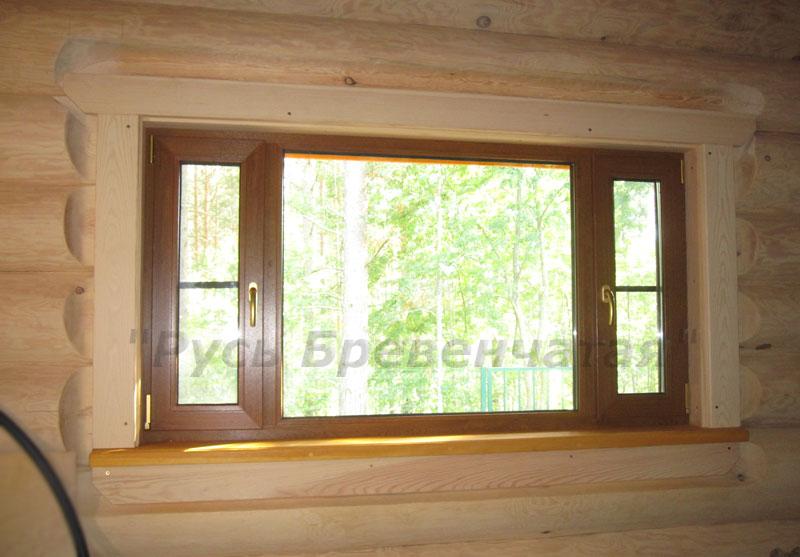 Вид на окно с наличниками из комнаты отдыха бани