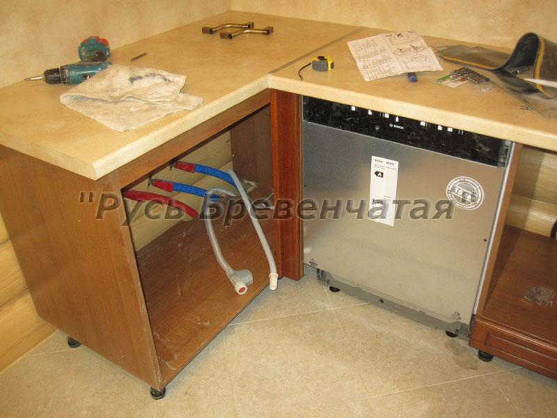 Фото – Слева – будущая мойка, по центру посудомоечная машина, а правее – часть шкафа для установки духовки и варочной плиты.