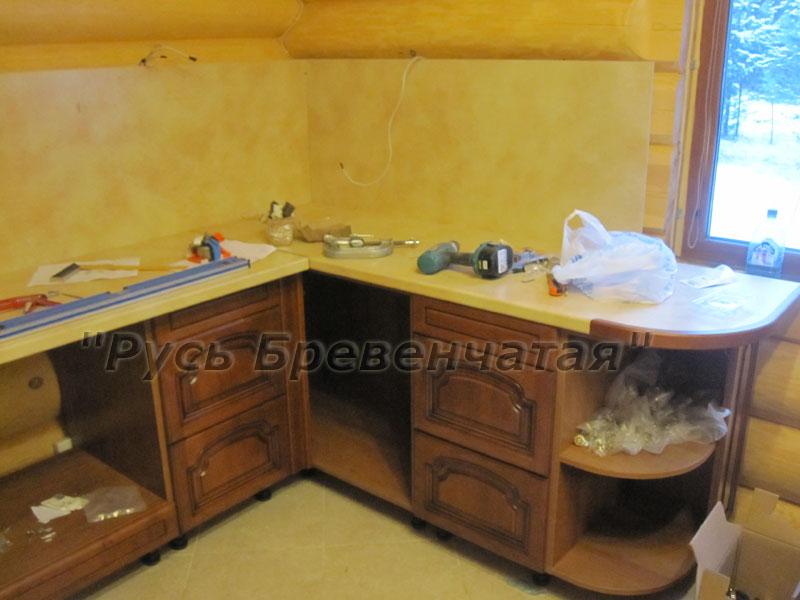 Фото – Вид правого крыла кухни. В угловом шкафу будет размещен интересный элемент кухонной фурнитуры – механизм выдвижных полок для угловых тумб.